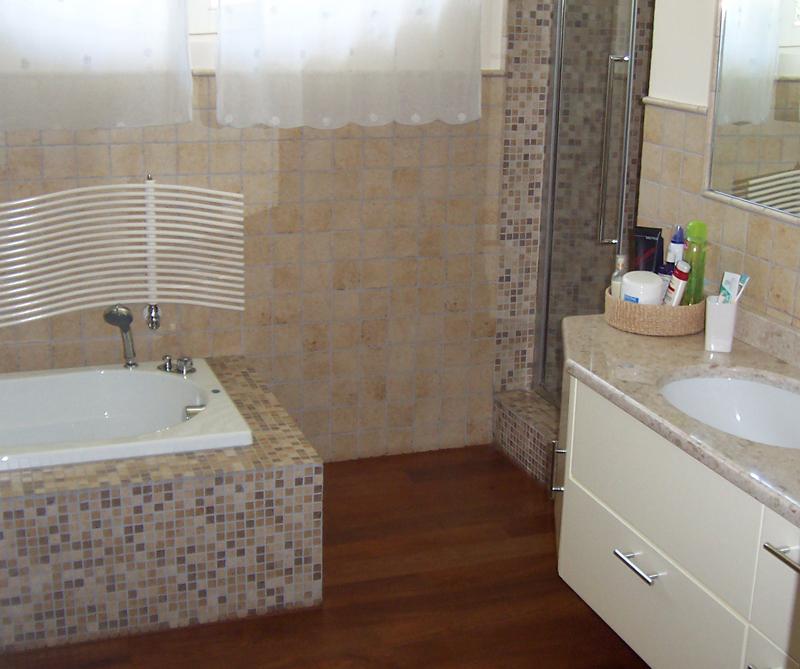 Greche bagno idee creative su interni e mobili for Bagni rivestimenti